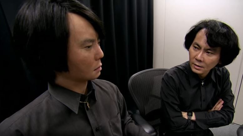 Professor Ishiguro en zijn creatie.